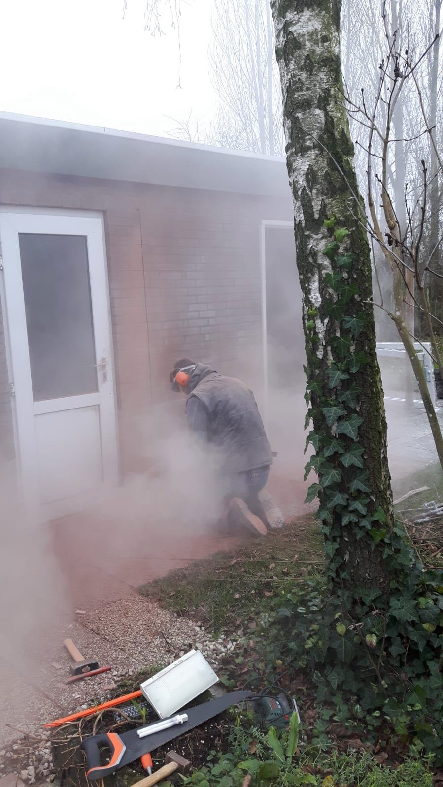 Joost zaagt er een extra deur voor de douches bij